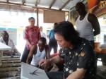 叶仲桥藏宝-煮茶品画;在非洲买了这两张当地土著画家画的油画作品,并与他们【图2】