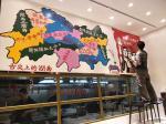 罗鸿羽生活-《遵循自然静待成长》,用大刷子在墙上工作。是不是很豪放。【图3】