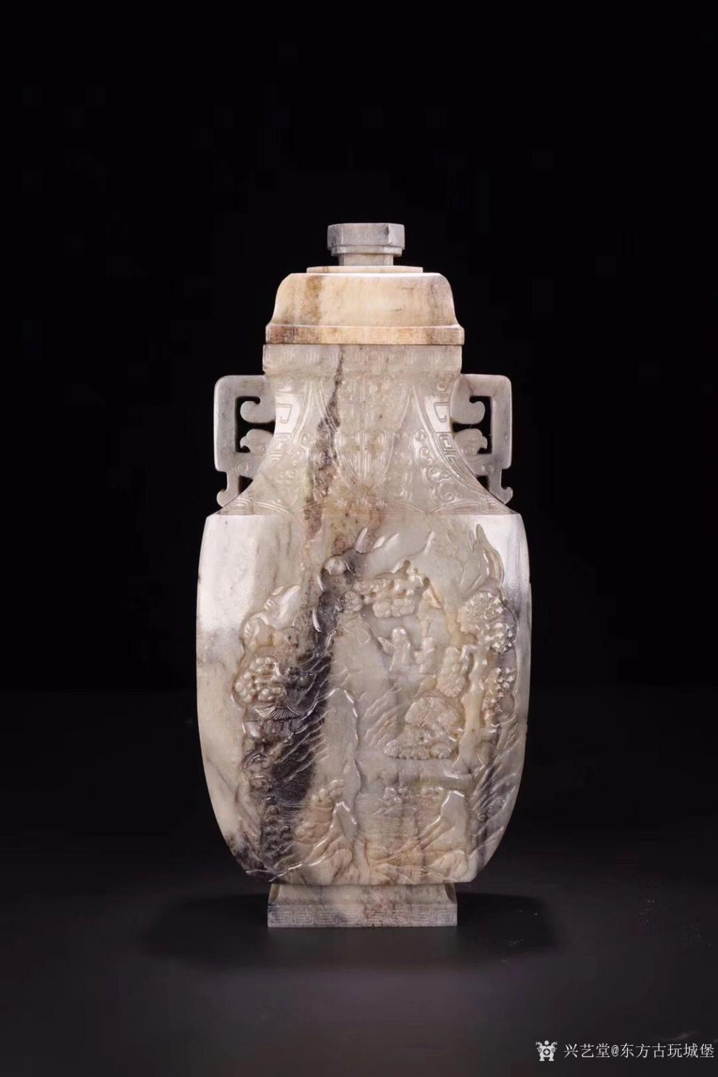 东方古玩城堡雕刻作品《清代和田玉人物赏瓶》