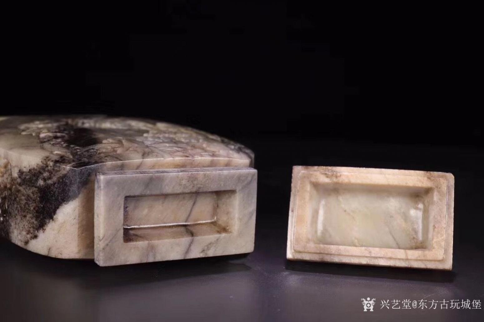 东方古玩城堡雕刻作品《清代和田玉人物赏瓶》【图4】