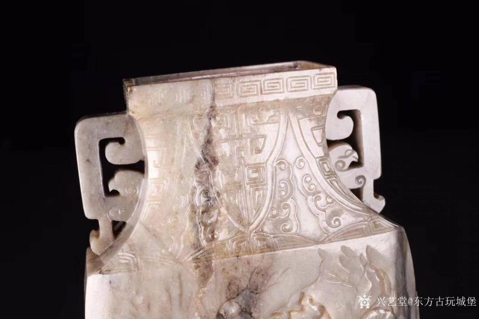 东方古玩城堡雕刻作品《清代和田玉人物赏瓶》【图5】