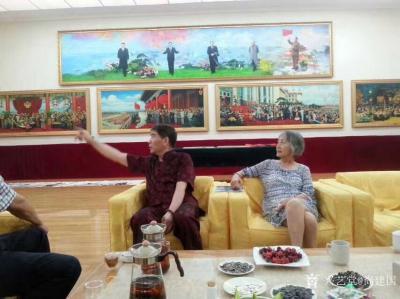 """尚建国生活-那日毛主席的生活秘书张玉风造访设在京城香山的""""复兴之路""""工作室,她老人家观赏字画【图1】"""